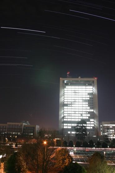茨城県庁の上をめぐる冬の星々