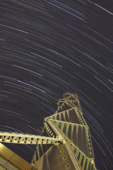水戸芸術館の塔と巡る夏の星々