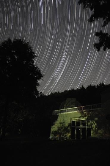 天文台に昇る秋の星座