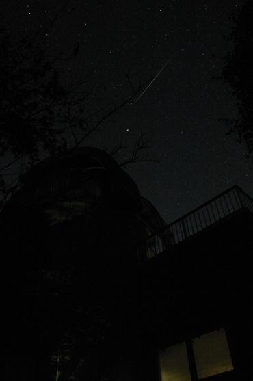 ドームの上の流星