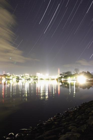 水戸市中心部の夜景と昇る星々