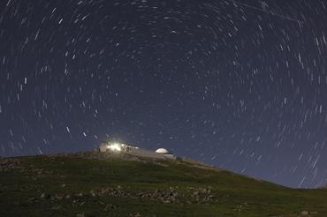 コロナ観測所の上に星は巡る