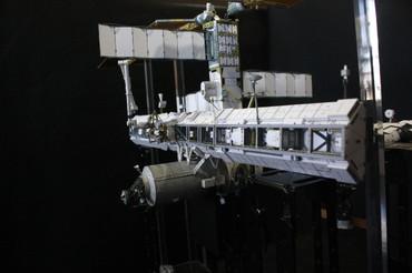左右両舷に広がったISSのトラス