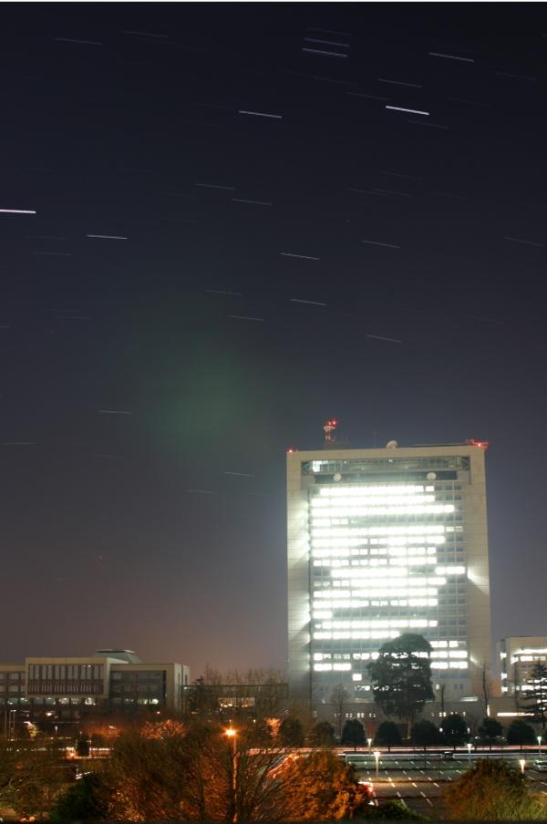茨城県庁の上を廻る星々