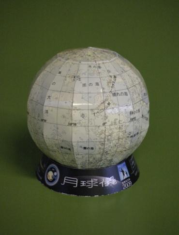 「かぐや」による「月の地形図」を利用した月球儀 提供:国立天文台