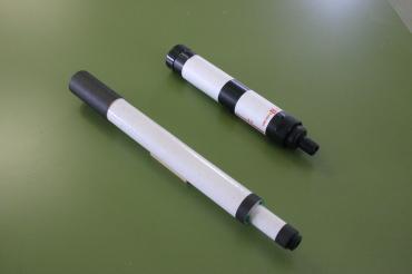 「コルキットスピカ」(下)と「組み立て天体望遠鏡」(上)