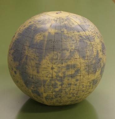 ビーチボールの月球儀