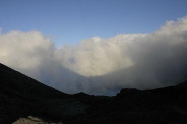 雲海に写る山々の影