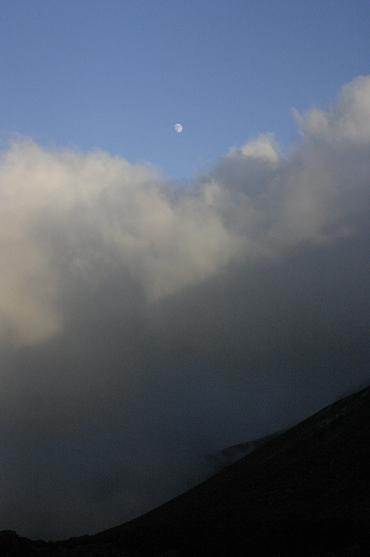 雲海の上に昇る月