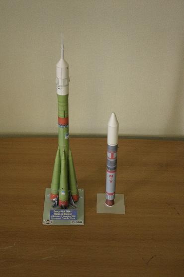 1/100スケールのペーパークラフトによる2基のロケット