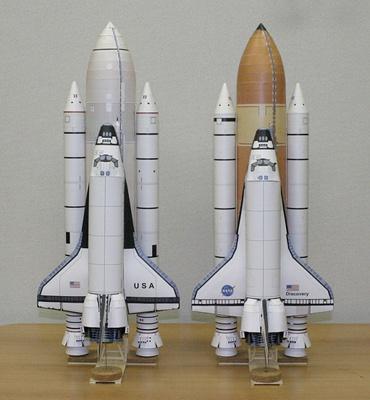 1/100スケールペーパークラフトによる「コロンビア」(STS-1)(左)と「ディスカバリー(STS-128)(右)