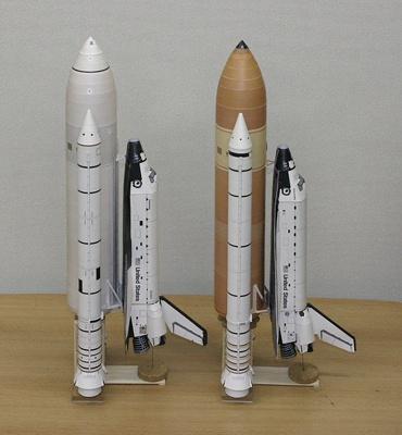 1/100スケールペーパークラフトによる「コロンビア」(STS-1)(左)と「ディスカバリー(STS-128)(右) (側面から)