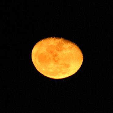 月の出直後の月 2010年3月3日 大洗海岸にて