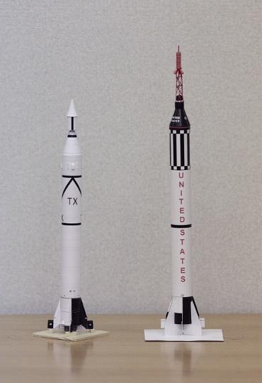 1/100スケールペーパークラフトによる ジュピター-C(左) と マーキュリー・レッドストーン(右)