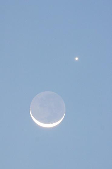 地球照の鮮やかな月と金星の接近 2010年5月16日 19:18頃