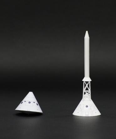 1/100スケールペーパークラフトによる アポロ11号の指令船とLES