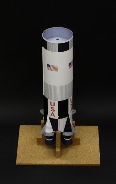 1/100スケールペーパークラフトによる サターンⅤ型の第一段 S-ⅠC