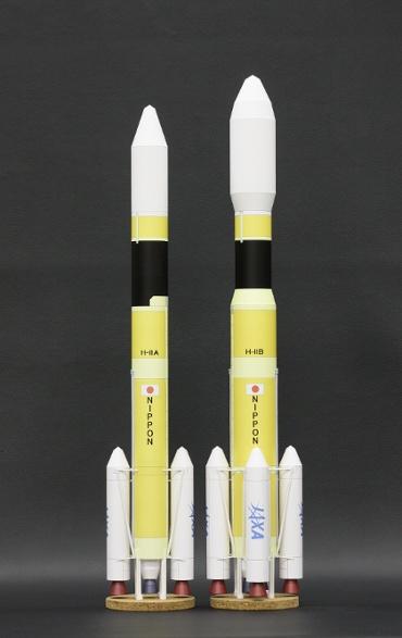 1/100スケールペーパークラフトによる H-ⅡA202型とH-ⅡB