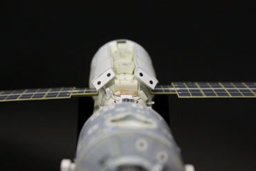 1/100スケールペーパークラフトによる 国際宇宙ステーション(STS-88 エンデバー から見た光景?)