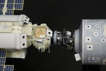 1/100スケールペーパークラフトによる 国際宇宙ステーション(ザーリャとユニティの結合部分)