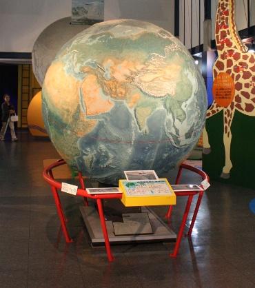 にしわき経緯度科学館の巨大地球儀