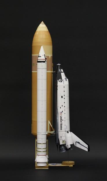1/100スケールペーパークラフトによる スペースシャトル チャレンジャー(STS-51L) 側面からの写真