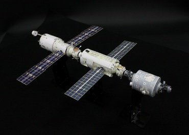 1/100スケールペーパークラフトによる 国際宇宙ステーション(2000年7月26日の姿)