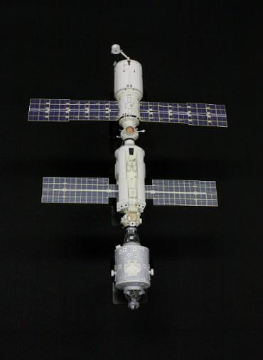 1/100スケールペーパークラフトによる 国際宇宙ステーション(2000年7月26日の姿,天頂側から)