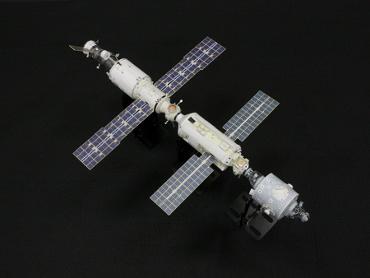 1/100スケールペーパークラフトによる 国際宇宙ステーション(2000年8月8日の姿)