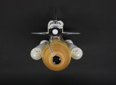 1/100スケールペーパークラフトによるスペースシャトル ディスカバリー(STS-133),前(上)から