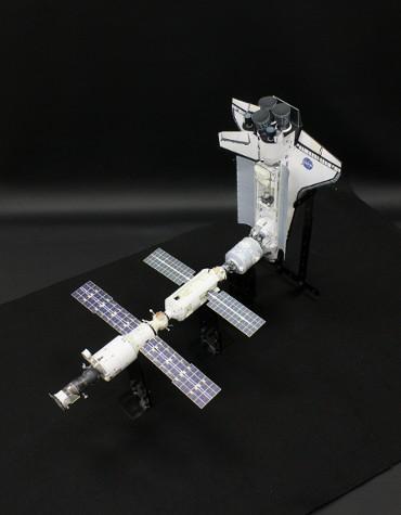 1/100スケールペーパークラフトによる 国際宇宙ステーション(2000年10月13日の姿)