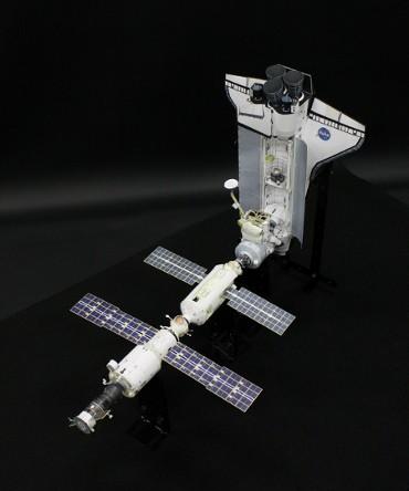 1/100スケールペーパークラフトのよる 国際宇宙ステーション(2000年10月15日の姿)