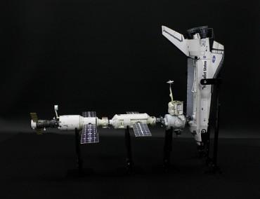 1/100スケールペーパークラフトによる 国際宇宙ステーション(2000年10月16日の姿)