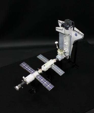 1/100スケールペーパークラフトによる国際宇宙ステーション (2000年10月18日の姿)