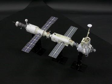 1/100スケールペーパークラフトによる 国際宇宙ステーション(2000年10月20日の姿)