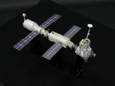 1/100スケールペーパークラフトによる 国際宇宙ステーション(2000年11月1日の姿)
