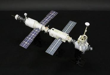 1/100スケールペーパークラフトによる 国際宇宙ステーション(2000年12月1日の姿)