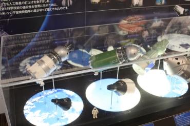 伊那市創造館に展示中の宇宙船模型たち(JAXA提供)