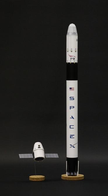 1/100スケールペーパークラフトによる ドラゴン宇宙船 と ファルコン 9