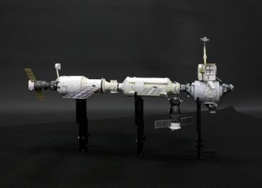 1/100スケールペーパークラフトによる 国際宇宙ステーション(2000年11月18日の姿)