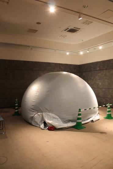 「小さな宇宙展」会場のエア・ドーム