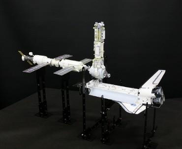 1/100スケールペーパークラフトによる 国際宇宙ステーション (2000年12月3日の姿(1))