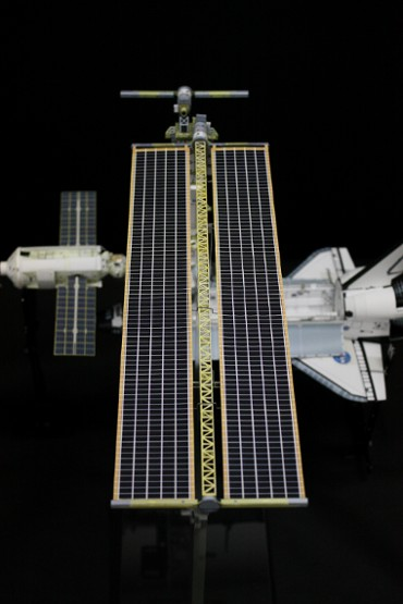 展開された右舷側の太陽電池パドル