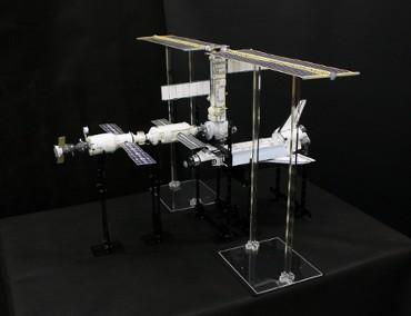 1/100スケールペーパークラフトによる 国際宇宙ステーション(2000年12月6日の姿)
