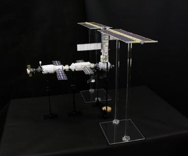 1/100スケールペーパークラフトによる 国際宇宙ステーション(2000年12月26日の姿)