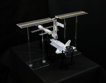 1/100スケールペーパークラフトによる 国際宇宙ステーション(2000年12月5日の姿)