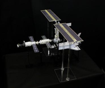 1/100スケールペーパークラフトによる 国際宇宙ステーション(2000年12月5日の姿(別角度から))