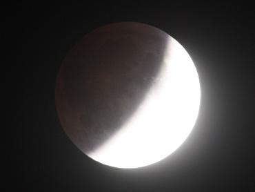 月食中の月 2011年12月10日 22:29:04
