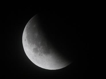 月食中の月 2011年12月11日 00:40:17