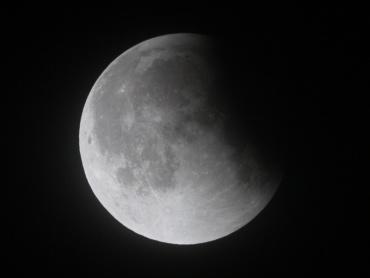 月食中の月 2011年12月11日 01:04:58